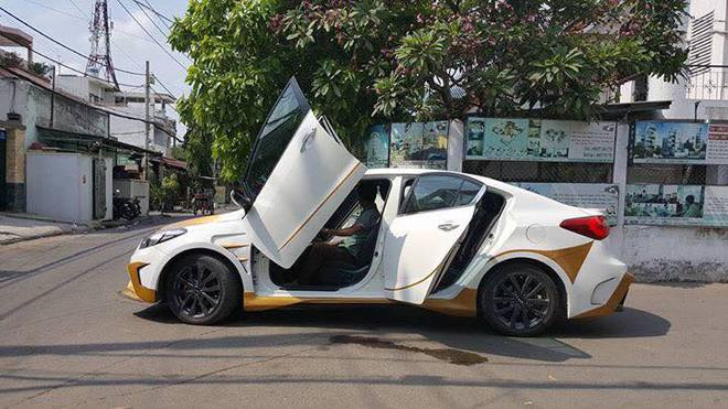 Chiếc Kia K3 ngoài bộ cửa cắt kéo còn được độ lại ngoại thất khá bắt mắt. Tuy nhiên chiếc xe này chỉ được độ cửa cắt kéo bên lái, bên phụ vẫn là kiểu mở ngang. (Ảnh: Huy Hoàng)
