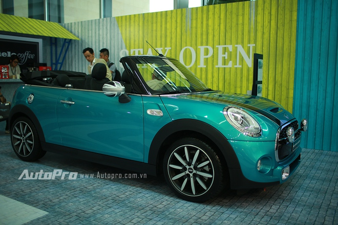 Thu hút sự quan tâm tiếp teo của nhiều người là mẫu xe hoàn toàn mới MINI Cooper S Convertible với động cơ 2.0L cùng khả năng tự động đóng/mở mui mềm. Được biết, chiếc xe đã tìm được chủ nhân ngay sau ngày đầu tiên khai trương BMW World Vietnam 2016 với mức giá 1,898 tỉ đồng.