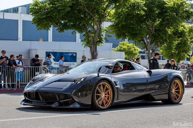 Ngoài ra là những siêu xe triệu USD của Pagani.