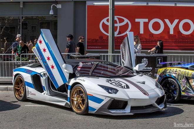 Lamborghini Aventador LP700-4 nổi bật với bộ áo trắng-xanh.