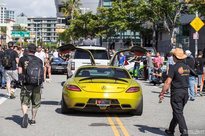 Siêu xe cửa cánh chim Mercedes SLS AMG trong bộ áo vàng chanh.
