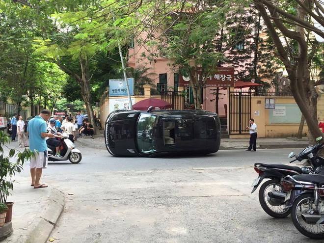 Chiều nay, ngày 8/5/2016, một chiếc Range Rover Sport màu đen mang biển kiểm soát Hà Nội khi chạy qua khu phố Đỗ Quang (phường Trung Hòa, quận Cầu Giấy, Hà Nội), thì đâm phải cột điện và nằm nghiêng giữa đường.