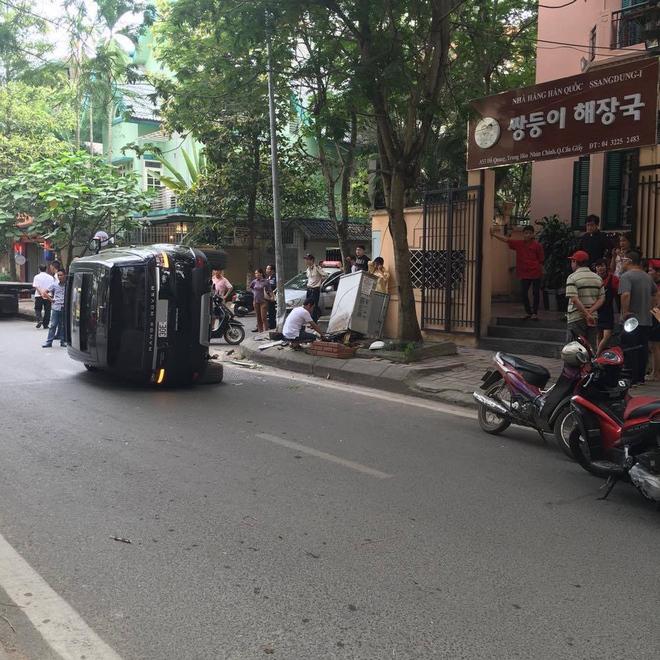 Vụ tai nạn khiến nhiều người dân hoảng loạn. Giao thông tắc cục bộ ở hai đầu đường. Đây vốn là khu phố nhỏ, vắng xe qua lại và không nhiều vụ tai nạn xảy ra.