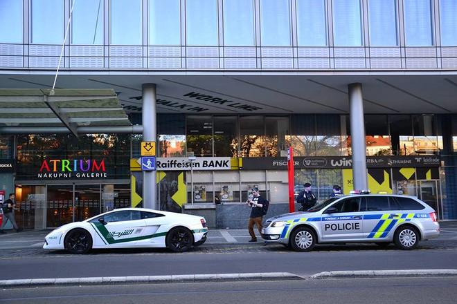 Lamborghini Gallardo phiên bản nhái cảnh sát Dubai, xuất hiện đằng sau là xe cảnh sát của Cộng hòa Séc.