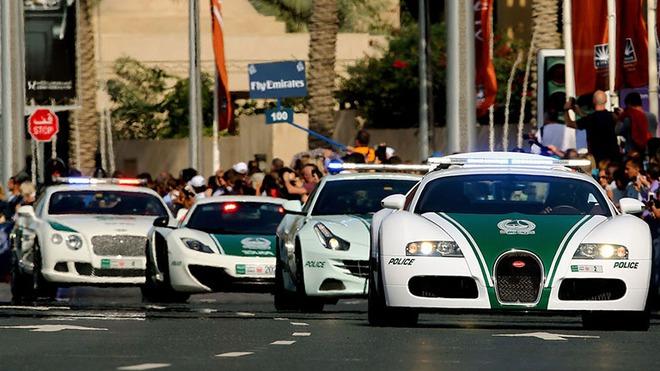 Đội hình siêu xe của cảnh sát Dubai tuần tra trên phố.