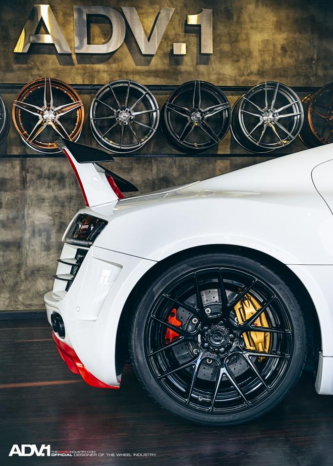 Đến nay, chiếc siêu xe Audi R8 độ khủng này lại tiếp tục được nâng cấp phần ngoại thất với việc thay đổi màu sơn ngoại thất kết hợp 3 màu trắng, đỏ, đen mang cảm giác mới lạ hơn và sử dụng công nghệ phủ gốm Ceramic Pro để chồng trầy xước, chống bám nước. Thêm vào đó, cánh gió ở đuôi xe cũng được đưa lên cao hơn nhờ lắp chân gá mới và đặc biệt là bộ vành la-zăng trị giá hơn 20.000 USD của thương hiệu ADV.1 Wheels.