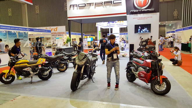 Trong số các mẫu xe trưng bày của gian hàng Motrac, đáng chú ý có sự xuất hiện của phiên bản nhái chiếc nakedbike đình đám Kawasaki Z1000 2013, được đặt ở vị trí trung tâm gian hàng.