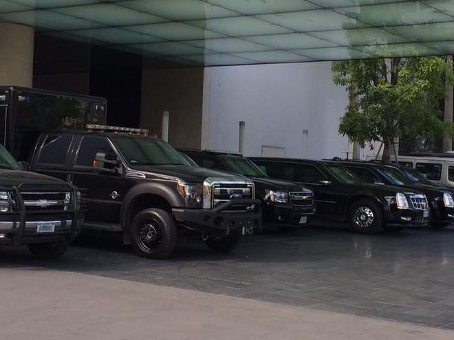 Trong đoàn xe còn xuất hiện 3 chiếc Chevrolet Suburban và Ford-F Series đã được độ lại cho công tác hộ tống.
