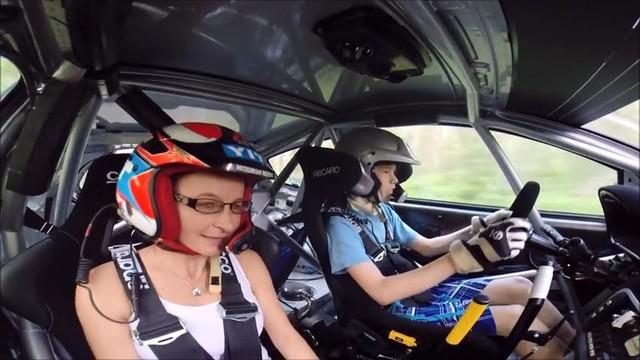 Thần đồng đua xe 13 tuổi thể hiện kỹ năng với xe đua Rally