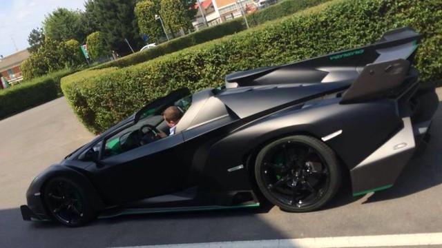 """Lamborghini Veneno Roadster màu """"độc"""" lộ diện"""