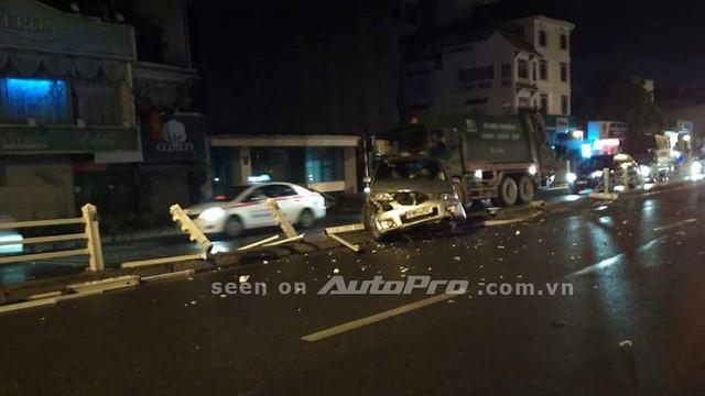 Hà Nội: Không làm chủ tay lái, ô tô con lao lên vỉa ngăn cách