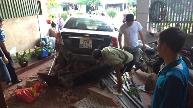 Nhầm chân ga, Chevrolet Lacetti đâm đổ tường nhà dân