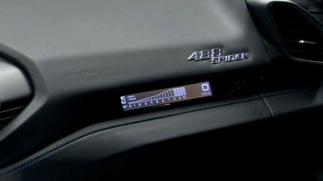 Siêu xe Ferrari 488 Spider mới có màn hình riêng cho hành khách