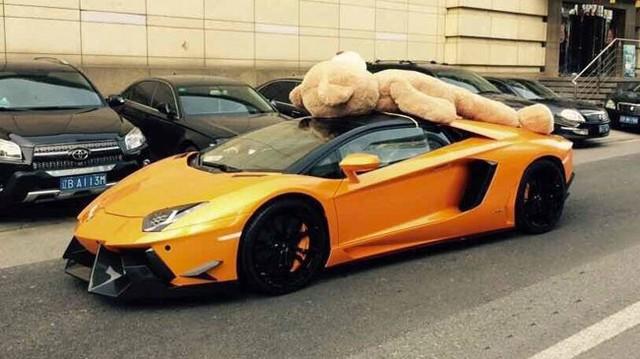Siêu xe Lamborghini Aventador chở gấu bông diễu phố