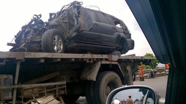 Hà Nội: Cố vượt đường ray, Lexus GX470 bị tàu đâm nát bét