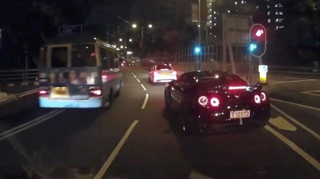 Siêu xe Nissan GT-R hai lần húc đuôi Mercedes-Benz C-Class