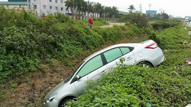 Nóng trong ngày: Toyota Vios mới trôi xuống rãnh dù đã kéo phanh tay