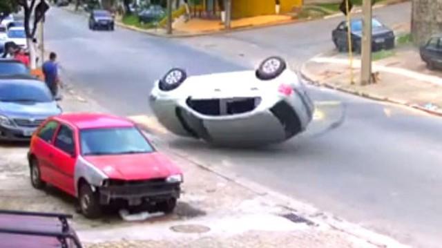"""Ô tô lật nhào vì """"lươn giảm tốc"""" lớn"""