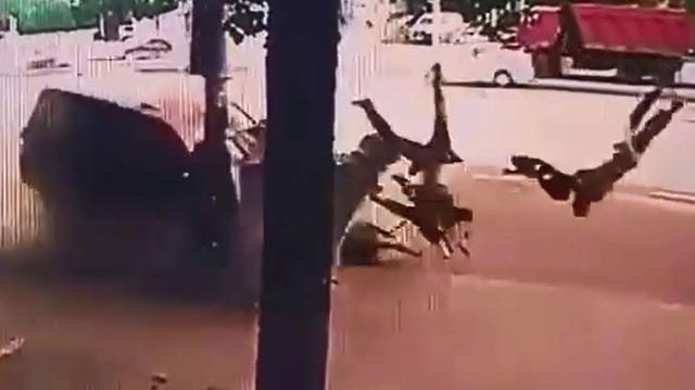 Lao như tên bắn, Lexus LX570 đâm 2 người thương vong