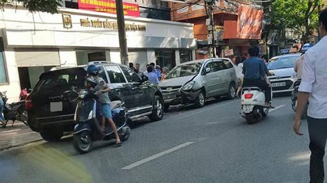 """Porsche Cayenne mất lái đâm Toyota Innova, xe Camry bị """"vạ lây"""""""