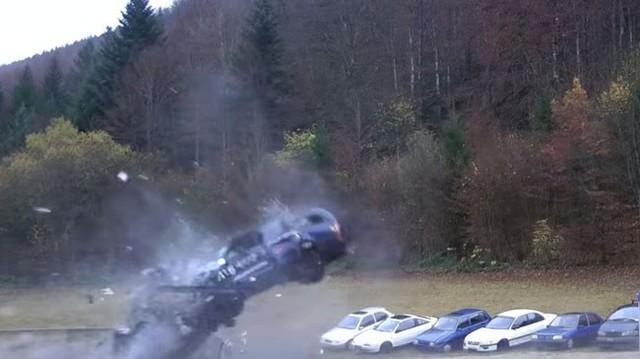 Xem cảnh hàng loạt ô tô húc đuôi xe khác ở 200 km/h