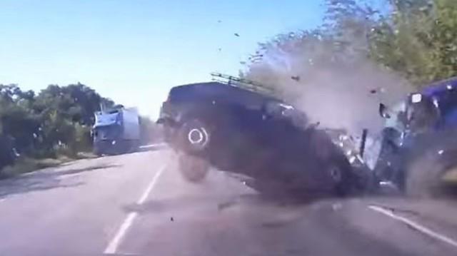 Hai ô tô đâm trực diện ở tốc độ cao, 6 người thương vong