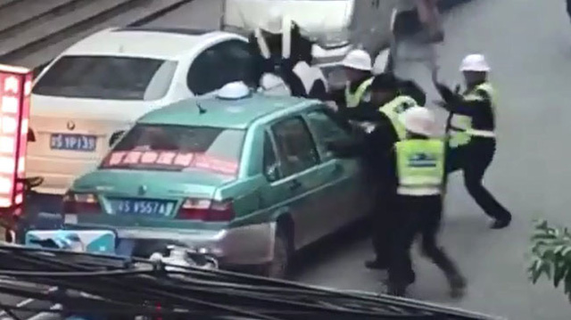 """Taxi """"điên"""" bỏ chạy, đâm bị thương 4 cảnh sát"""