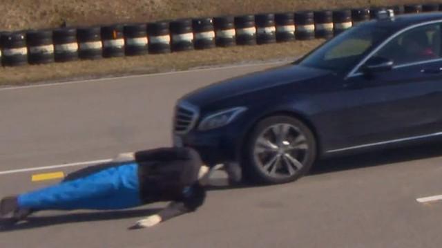 Sốc: Phanh khẩn cấp tránh đâm người qua đường phần lớn đều vô dụng