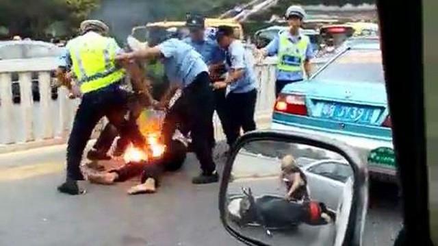 Biker châm lửa đốt xe và tự thiêu để phản đối cảnh sát giao thông