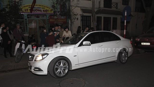 Hồ Ngọc Hà chạy show đêm cuối năm trên Mercedes C200