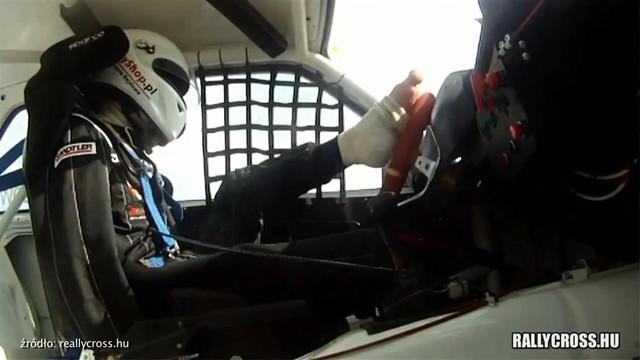 Mất cả hai tay, tay đua sử dụng chân để drift xe khiến bao người thán phục