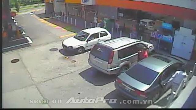 """Cẩn thận chiêu """"hack cửa sau"""" để trộm đồ trong xe ôtô"""