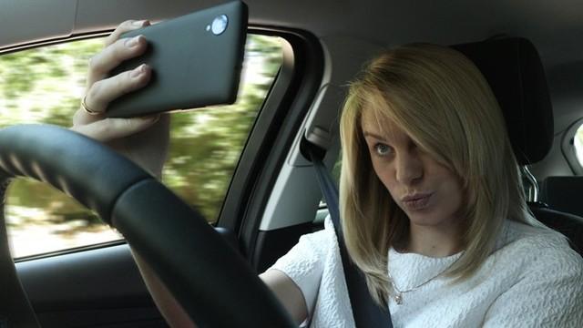 """Chụp ảnh """"tự sướng"""" khi đang lái ô tô"""