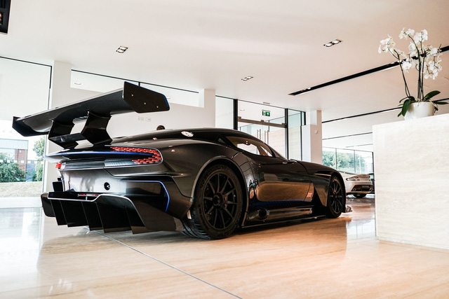 Aston Martin Vulcan mới chạy  60 km được rao bán với giá khóc thét - Ảnh 2.