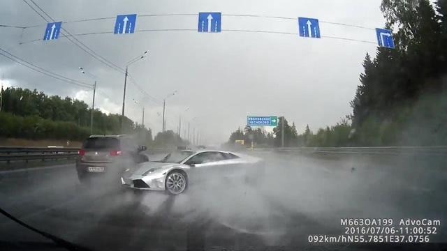 Lamborghini của đại gia Nga mất lái trên đường cao tốc