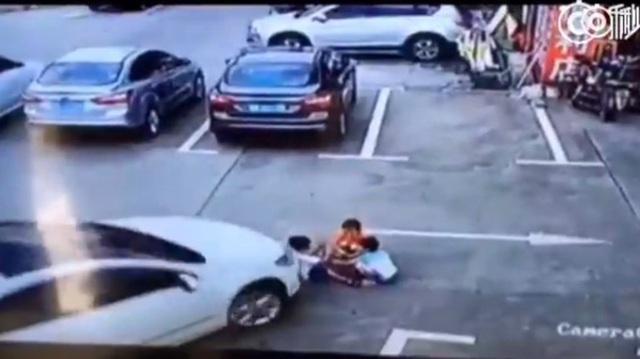 Người đàn ông cứu hai em bé thoát chết trong gang tấc