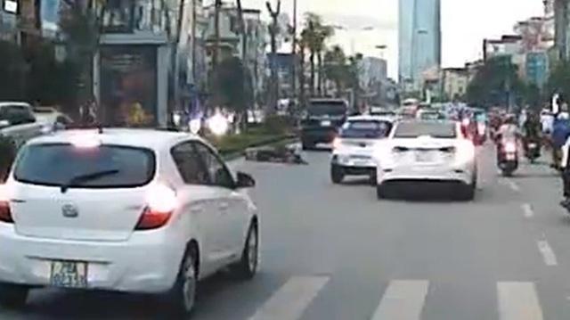 Hà Nội: Cái giá phải trả cho thanh niên đi xe máy đầu trần, lạng lách, tạt đầu xe taxi