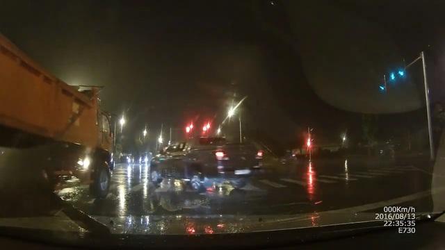Xe bán tải tạt đầu xe ben trong đêm mưa gió