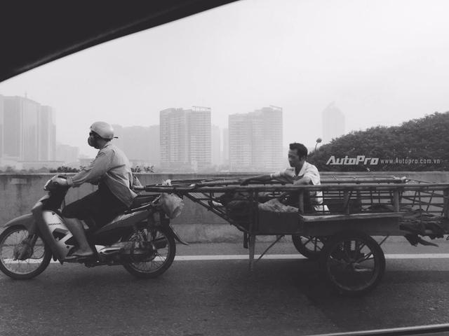 Cảnh tượng xe máy tự chế xuất hiện trên đường cao tốc trên cao tại Hà Nội không phải quá hiếm gặp.
