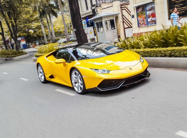 """Xem Lamborghini Huracan của Cường Đô la """"khổ sở"""" di chuyển trong phố"""