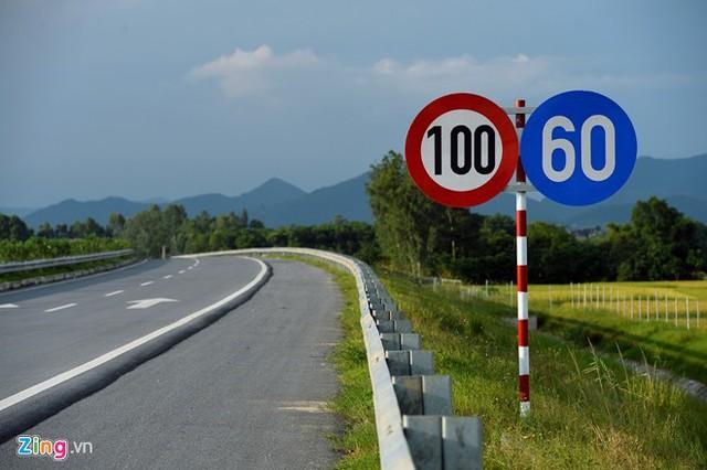 Biển cảnh báo tốc độ nhỏ và đặt ở vị trí sát lề bên phải có thể khiến nhiều lái xe không thể quan sát hoặc khi nhận ra thì không kịp giảm tốc độ. (Ảnh: Zing.vn)