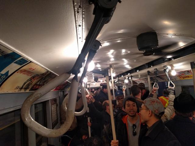 Khám phá đường xe lửa cổ điển rất đặc biệt giữa lòng thành phố New York - Ảnh 29.