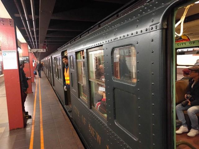 Khám phá đường xe lửa cổ điển rất đặc biệt giữa lòng thành phố New York - Ảnh 44.