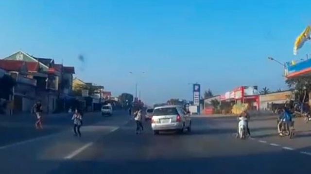 Thót tim với cảnh Toyota Innova né học sinh trên quốc lộ