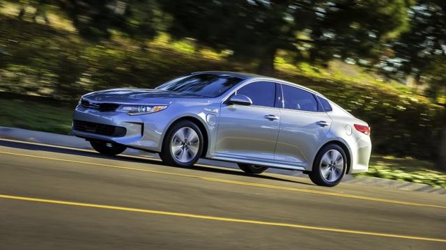 Kia giới thiệu 2 phiên bản tiết kiệm xăng của Optima 2017