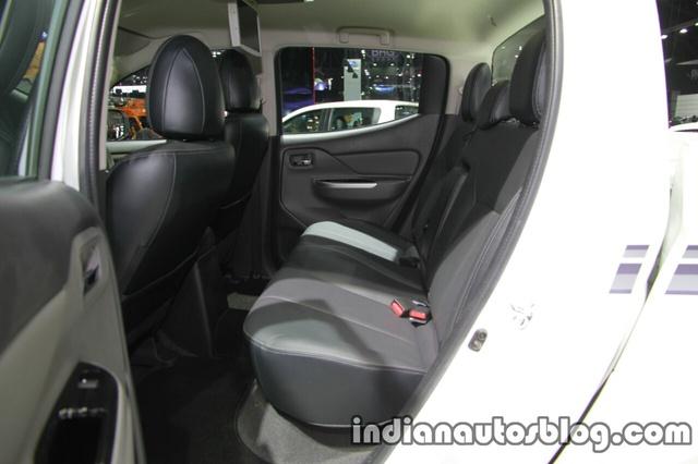 Những thay đổi đáng kể nhất dành cho Mitsubishi Triton 2017 bản Double Cab bao gồm tựa đầu mới ở giữa hàng ghế sau và móc ghế trẻ em.