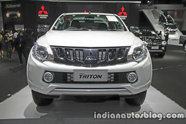 Bước sang phiên bản nâng cấp, Mitsubishi Triton được thay đổi nhẹ ở thiết kế nội-ngoại thất. Có thể kể đến đèn pha Projector nâng cấp với dải đèn LED định vị ban ngày mới và lưới tản nhiệt mạ crôm màu tối của Mitsubishi Triton 2017.