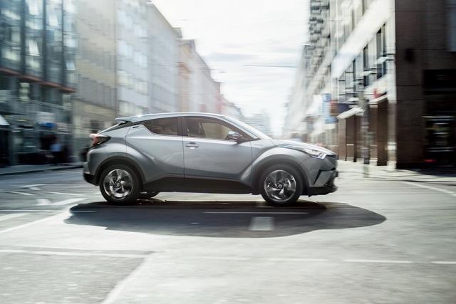 Toyota C-HR bắt đầu ra đại lý tại Nhật Bản, giá từ 488 triệu Đồng - Ảnh 1.