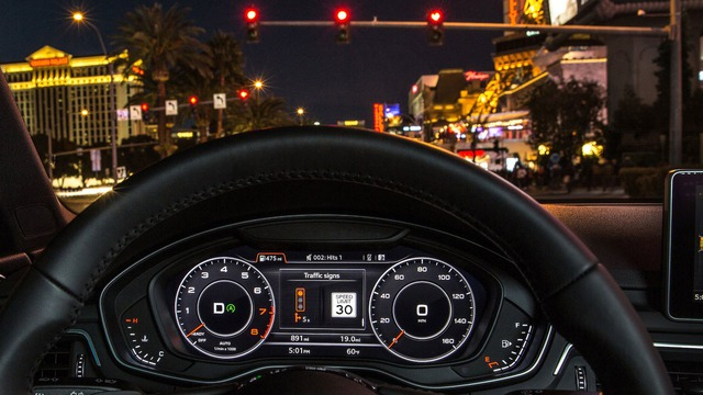 Tính năng Traffic Light Information hiển thị thời gian mà người lái còn phải chờ trước khi đèn chuyển sang xanh. Trong ảnh, thời gian chờ là 5 giây.