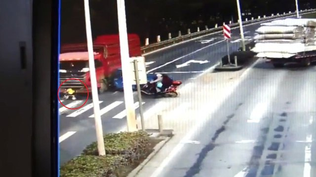 Ô tô tải vượt đèn đỏ, cuốn bé trai ngồi trên xe đẩy vào gầm - Ảnh 3.